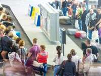 turyści, Malaga, bagaż, Small Planet Airlines, wykurzony turysta