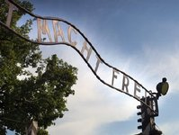 KL Auschwitz I, Auschwitz II Birkenau, muzeum, Państwowe Muzeum Auschwitz-Birkenau, grupa zorganizowana, zwiedzanie z przewodnikiem, turysta indywidualny,  zwiedzający, miesiące letnie